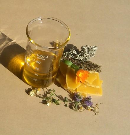 Unguente naturale cu plante si ceara de albine